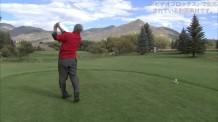 【動画素材】白人男性のゴルフスイング映像