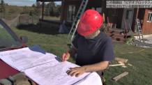 【動画素材】建設現場で図面を描く男性
