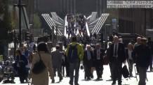 【動画素材】ロンドンのミレニアムブリッジを歩く人々